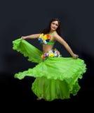 Danza madura de la mujer de la belleza en traje verde Imagen de archivo