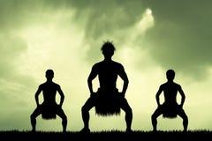 Danza maorí en la puesta del sol libre illustration