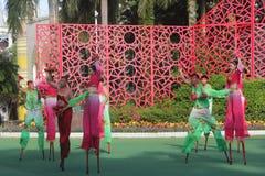 Danza nacional - camine en los zancos en Shenzhen, China, Asia Imagen de archivo libre de regalías