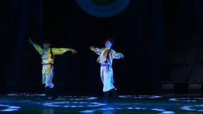 Danza popolare del cittadino dei fratelli- della Mongolia stock footage