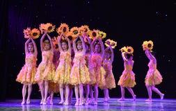 Danza popolare del cittadino della ragazza- del girasole Immagine Stock Libera da Diritti