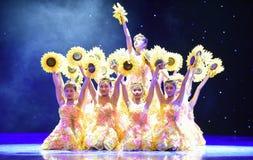 Danza popolare del cittadino della ragazza- del girasole Fotografia Stock Libera da Diritti