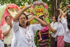 Danza popolare della gente Immagini Stock Libere da Diritti