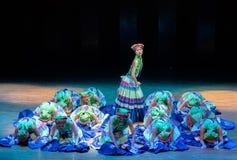 Danza popolare delle ragazze 2-Axi salto-Yi del costume di Yi fotografie stock