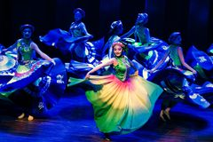 Danza popolare disalto-Yi delle ragazze-Axi del costume di Yi immagine stock