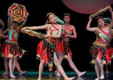Danza popolare: Ragazze di Tujia Fotografia Stock Libera da Diritti