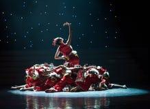 Danza popolare rossa di ragazza-cinese del villaggio della neve del nastro- Immagini Stock