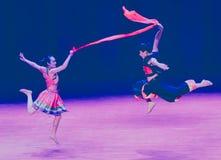 Danza popolare rossa disalto-Yi della seta-Axi fotografie stock libere da diritti