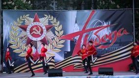 Danza popolare russa del cosacco La celebrazione Victory Day On del 9 maggio stock footage