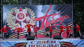 Danza popolare russa del cosacco La celebrazione Victory Day On del 9 maggio video d archivio
