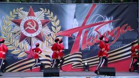 Danza popolare russa del cosacco La celebrazione Victory Day On del 9 maggio archivi video