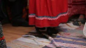 Danza popolare russa - donne che ballano in costumi nazionali video d archivio