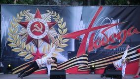Danza popolare russa La celebrazione Victory Day On del 9 maggio stock footage