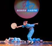 Danza popular: señora mayor de la fan de la hoja del cattail Fotos de archivo