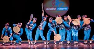 Danza popular: señora mayor de la fan de la hoja del cattail Imagenes de archivo
