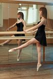 Danza practicante de la muchacha que sostiene la barra Fotografía de archivo libre de regalías