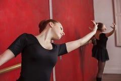 Danza practicante del ballet de la mujer en estudio fotografía de archivo