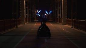 Danza que sorprende con el poi llevado de los artistas hombre y mujer del circo en el puente almacen de video