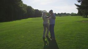Danza romántica de la esposa y del marido mayores en parque almacen de video