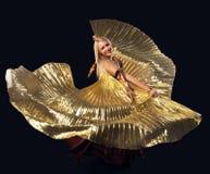Danza rubia de la mujer de la belleza con el ala del oro del vuelo Imagenes de archivo