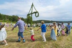 Danza sueca tradicional del pleno verano fotografía de archivo libre de regalías