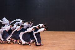 Danza tibetana de Guozhuang 23-Chinese - ensayo de la enseñanza en el nivel del departamento de la danza fotografía de archivo