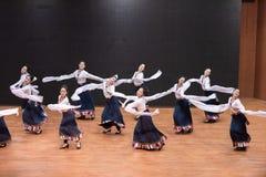 Danza tibetana de Guozhuang 24-Chinese - ensayo de la enseñanza en el nivel del departamento de la danza foto de archivo libre de regalías