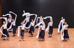 Danza tibetana de Guozhuang 25-Chinese - ensayo de la enseñanza en el nivel del departamento de la danza fotos de archivo libres de regalías