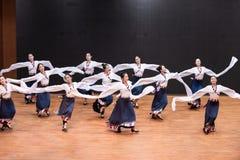 Danza tibetana de Guozhuang 26-Chinese - ensayo de la enseñanza en el nivel del departamento de la danza imagen de archivo libre de regalías