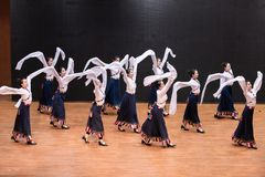 Danza tibetana de Guozhuang 26-Chinese - ensayo de la enseñanza en el nivel del departamento de la danza imagen de archivo