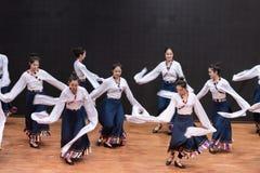 Danza tibetana de Guozhuang 27-Chinese - ensayo de la enseñanza en el nivel del departamento de la danza imagen de archivo libre de regalías