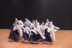 Danza tibetana de Guozhuang 28-Chinese - ensayo de la enseñanza en el nivel del departamento de la danza fotografía de archivo