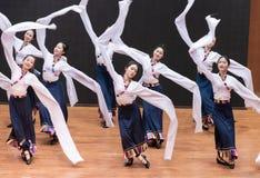 Danza tibetana de Guozhuang 29-Chinese - ensayo de la enseñanza en el nivel del departamento de la danza foto de archivo libre de regalías