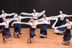 Danza tibetana de Guozhuang 30-Chinese - ensayo de la enseñanza en el nivel del departamento de la danza fotos de archivo libres de regalías