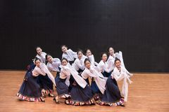 Danza tibetana de Guozhuang 19-Chinese - ensayo de la enseñanza en el nivel del departamento de la danza imagen de archivo libre de regalías