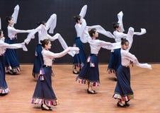 Danza tibetana de Guozhuang 20-Chinese - ensayo de la enseñanza en el nivel del departamento de la danza fotografía de archivo