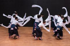 Danza tibetana de Guozhuang 21-Chinese - ensayo de la enseñanza en el nivel del departamento de la danza imagen de archivo libre de regalías