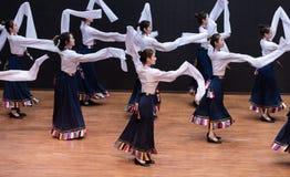 Danza tibetana de Guozhuang 22-Chinese - ensayo de la enseñanza en el nivel del departamento de la danza foto de archivo