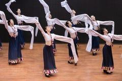 Danza tibetana de Guozhuang 23-Chinese - ensayo de la enseñanza en el nivel del departamento de la danza imagen de archivo
