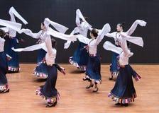 Danza tibetana de Guozhuang 14-Chinese - ensayo de la enseñanza en el nivel del departamento de la danza imagenes de archivo