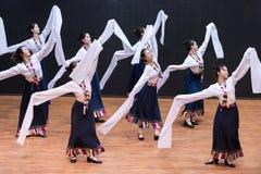 Danza tibetana de Guozhuang 15-Chinese - ensayo de la enseñanza en el nivel del departamento de la danza fotografía de archivo libre de regalías