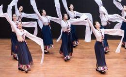 Danza tibetana de Guozhuang 16-Chinese - ensayo de la enseñanza en el nivel del departamento de la danza fotos de archivo libres de regalías