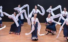 Danza tibetana de Guozhuang 16-Chinese - ensayo de la enseñanza en el nivel del departamento de la danza imagen de archivo