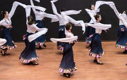 Danza tibetana de Guozhuang 17-Chinese - ensayo de la enseñanza en el nivel del departamento de la danza imagen de archivo