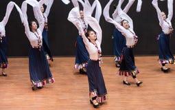 Danza tibetana de Guozhuang 11-Chinese - ensayo de la enseñanza en el nivel del departamento de la danza foto de archivo libre de regalías