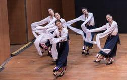 Danza tibetana de Guozhuang 12-Chinese - ensayo de la enseñanza en el nivel del departamento de la danza imagen de archivo libre de regalías