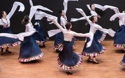 Danza tibetana de Guozhuang 12-Chinese - ensayo de la enseñanza en el nivel del departamento de la danza fotografía de archivo