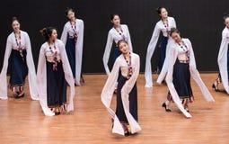 Danza tibetana de Guozhuang 13-Chinese - ensayo de la enseñanza en el nivel del departamento de la danza fotos de archivo