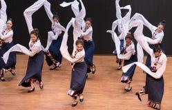 Danza tibetana de Guozhuang 13-Chinese - ensayo de la enseñanza en el nivel del departamento de la danza imagen de archivo libre de regalías