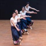Danza tibetana de Guozhuang 3-Chinese - ensayo de la enseñanza en el nivel del departamento de la danza imagen de archivo